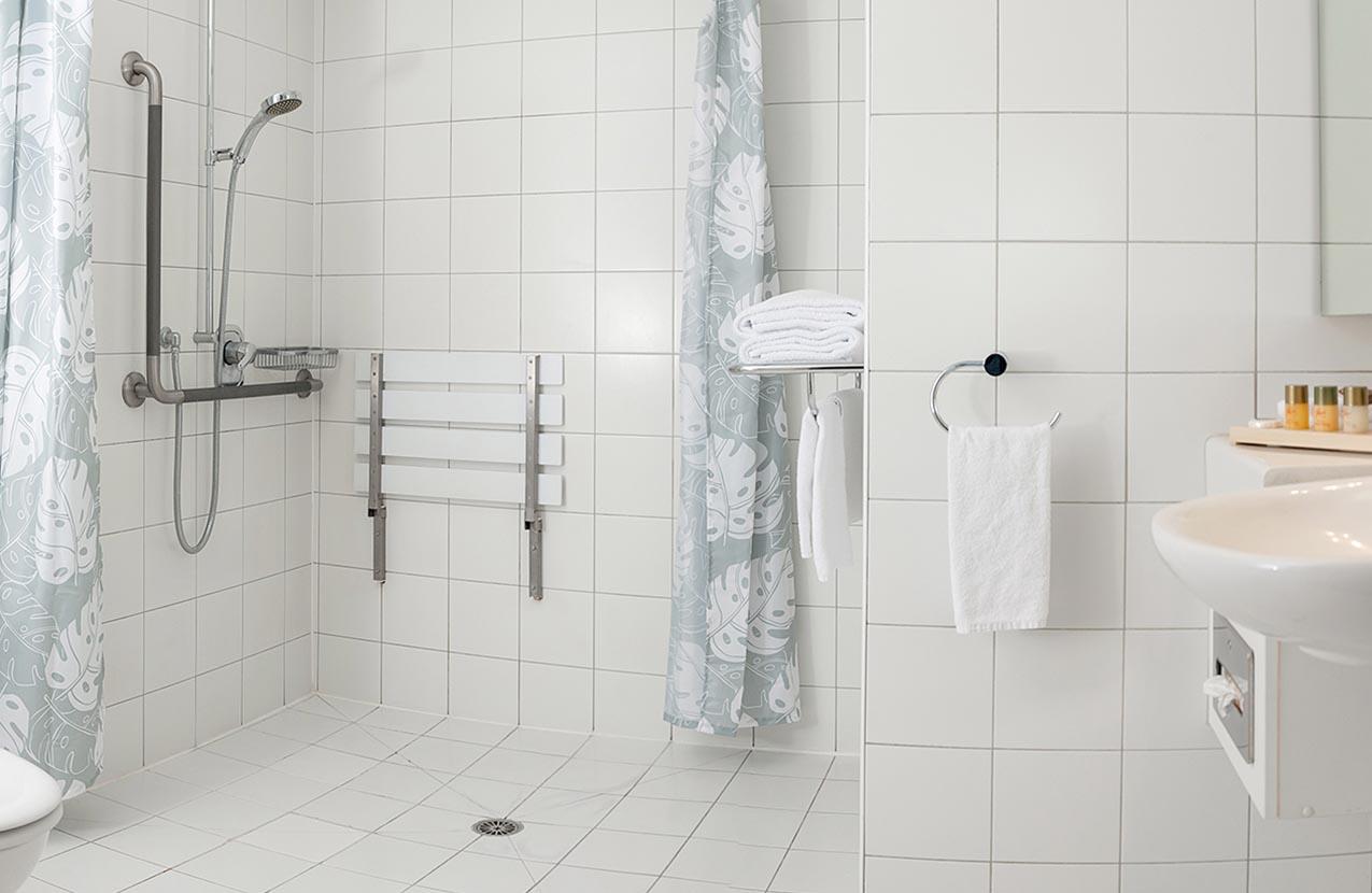 Spencer Hotel Accessible Bathroom