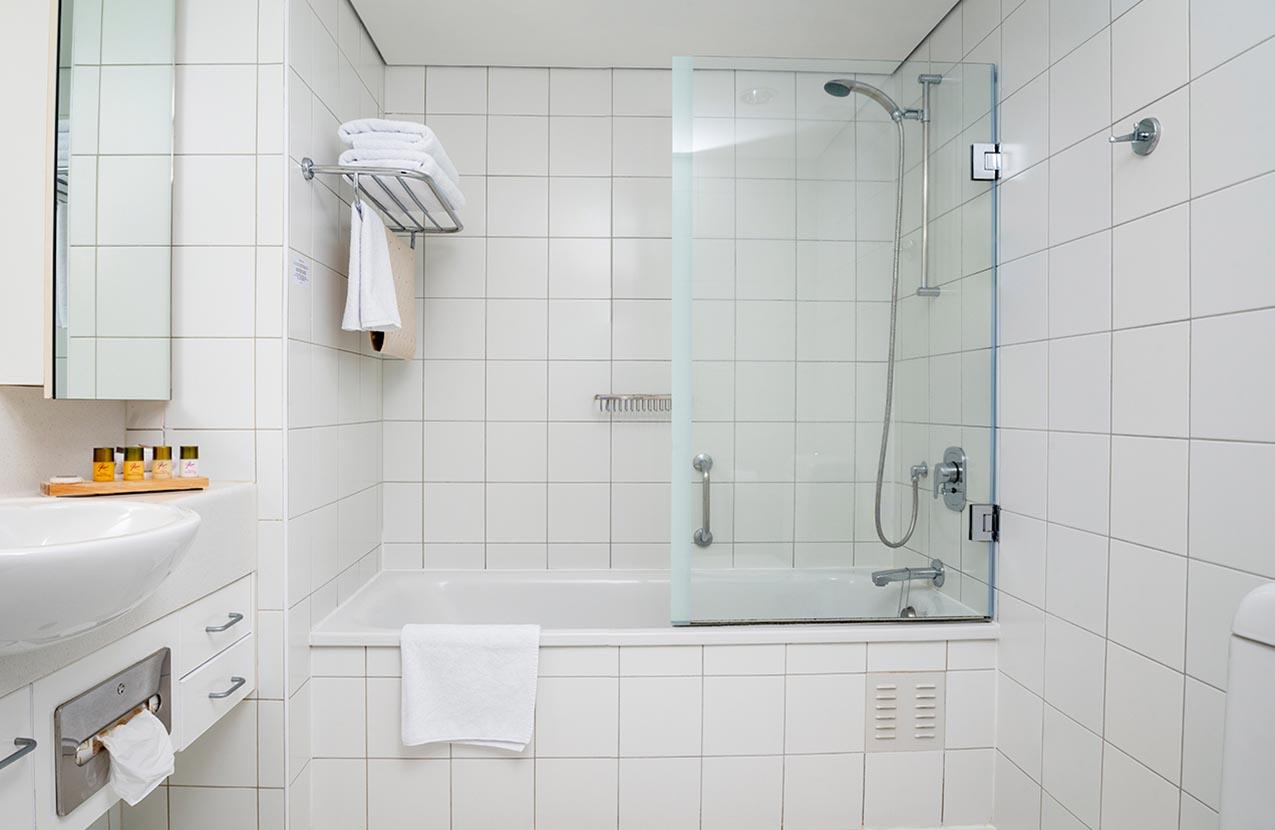 The Spencer Hotel, Takapuna Hotel, Spencer Hotel Family Suite Bathroom