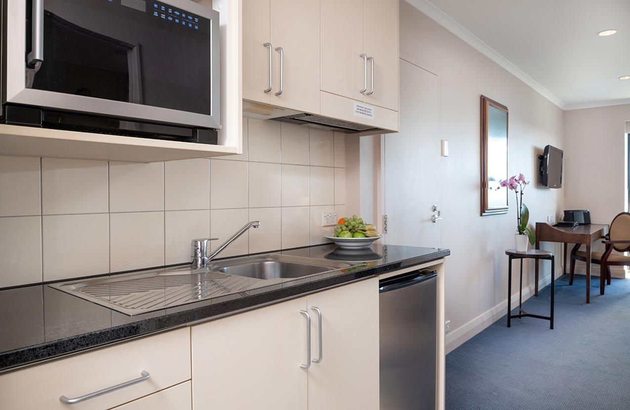 Spencer Hotel Studio With Balcony Kitchen